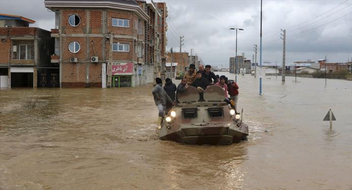 کمک نیروهای مسلح به مردم سیل زده